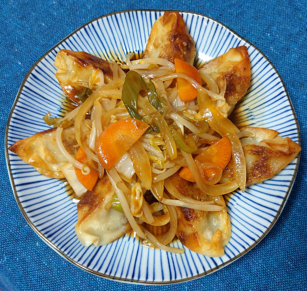 宅飲みデートにおすすめの簡単おつまみレシピ:揚げ餃子の野菜甘酢あんかけ