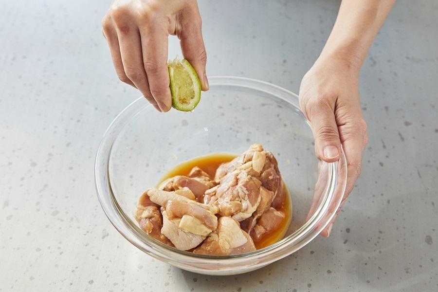 鶏もも肉唐揚げ用はAで15分以上漬ける。